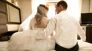 شبكة بويمن الإخبارية على طريقة عادل إمام أب يفاجئ ابنته وعريسها ويشاركهما غرفة النوم في شهر العسل وردة فعل صادمة من العريس شاهد النهاية صور شبكة بويمن الإخبارية