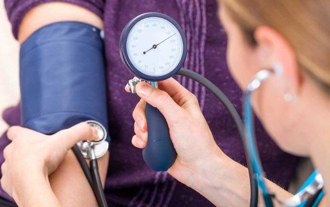 3 مشروبات تمنع ارتفاع ضغط الدم وتبعد عنك القاتل الصامت.. والمفاجأة في رقم ثلاثة